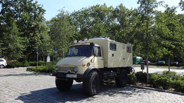 1989 UniMoG 421 von Daimler-Benz mit Einheits-Kofferaufbau von VOLL in Würzburg Puschkinallee in 12435 Berlin-Treptow