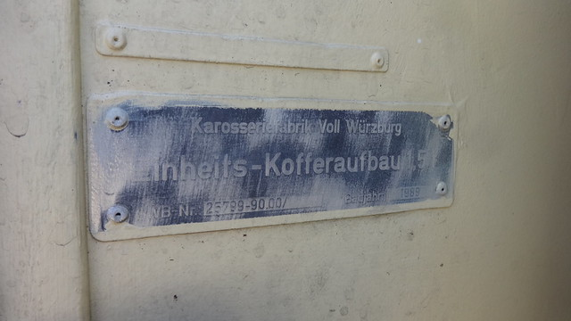1989 Typenschild Einheits-Kofferaufbau von VOLL in Würzburg am UniMoG 421 von Daimler-Benz Puschkinallee in 12435 Berlin-Treptow