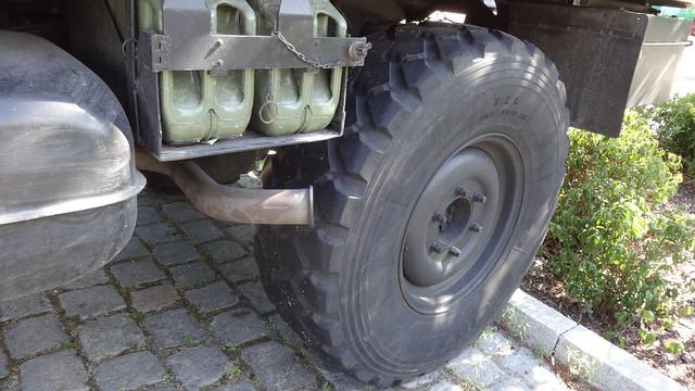1989 Auspuff am UniMoG 421 von Daimler-Benz mit Einheits-Kofferaufbau von VOLL in Würzburg Puschkinallee in 12435 Berlin-Treptow