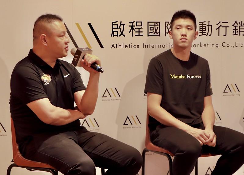 教練吳正杰(左)、林庭謙(右)。(實習記者何純宇/攝)