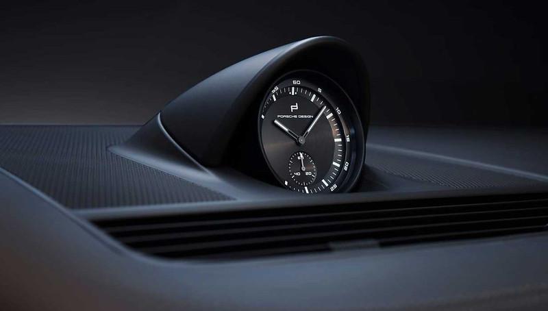 porsche-panamera-turbo-s-2021-uhr-auf-dem-armaturenbrett-detail