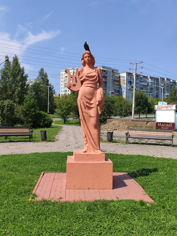 Прокопьевск - Скульптура женщины с арфой