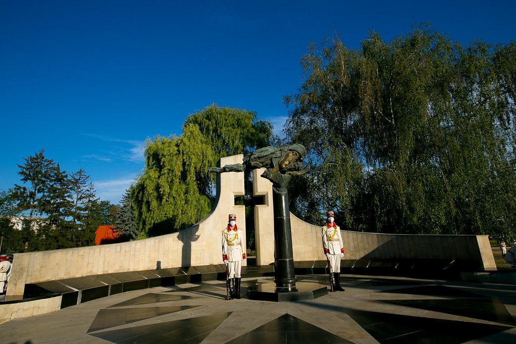 """27.08.2020 Depunere de flori la Memorialul """"Eternitate"""" și la Monumentul lui Ștefan cel Mare și Sfânt"""