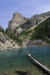 Les eaux turquoises du lac Moraine dans les Rocheuses canadiennes (lac glaciaire)