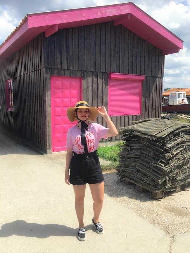 Look t-shirt rose, short noir taille haute et capeline