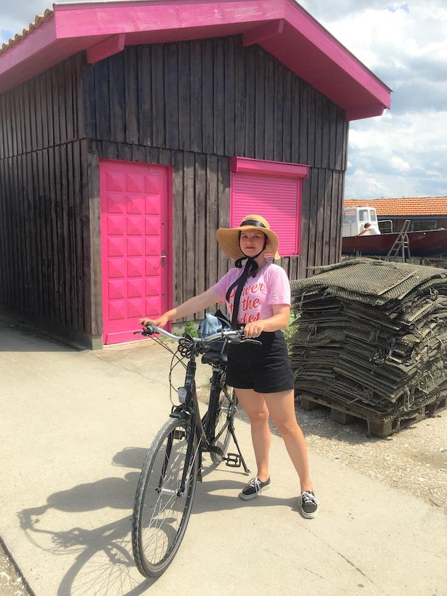 look-t-shirt-rose-short-noir-taille-haute-et-capeline-2