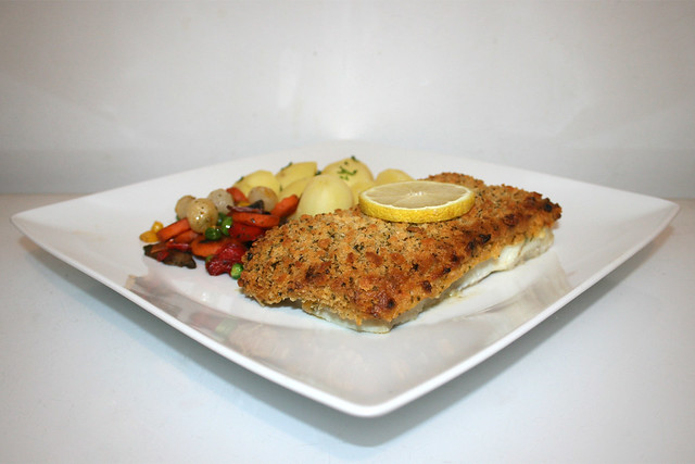 14 - Gourmet fillet á la Bordelaise with potatoes & pan vegs - Side view / Schlemmerfilet á la Bordelaise mit Salzkartoffeln & Pfannengemüse  - Seitenansicht