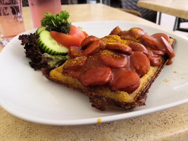 Waffel mit Currywurst