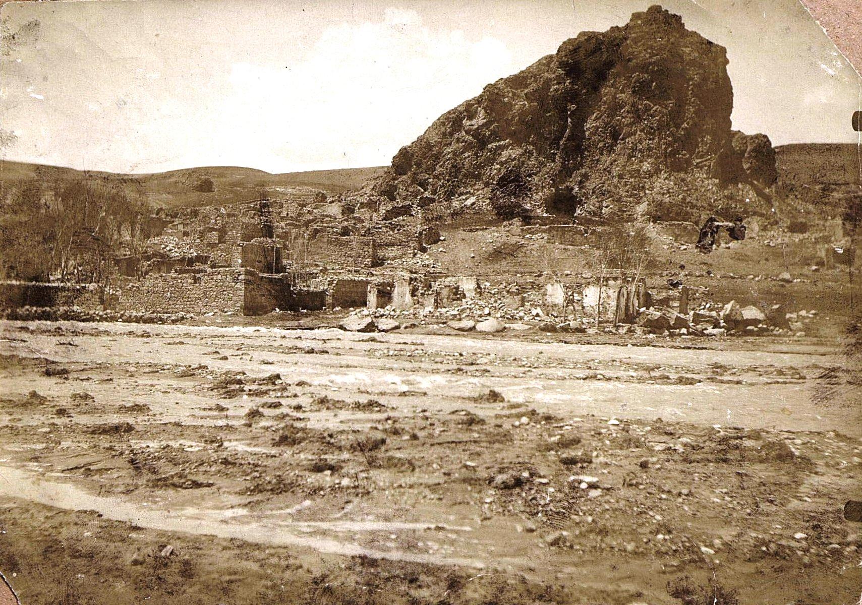 Руины Алладжерана - турецкого селения, разрушенного во время войны