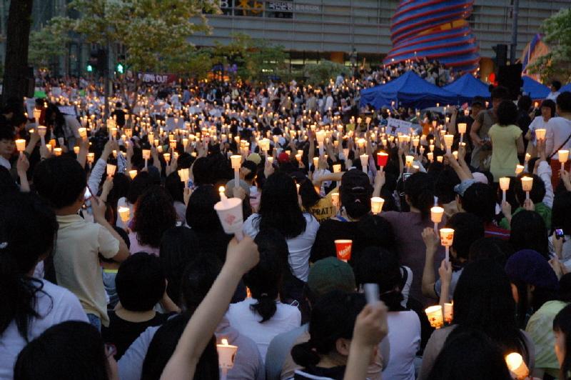 2008年韓國掀起聲勢浩大的反美牛抗爭,圖為民眾在首爾的燭光示威活動。(圖片來源:維基百科)