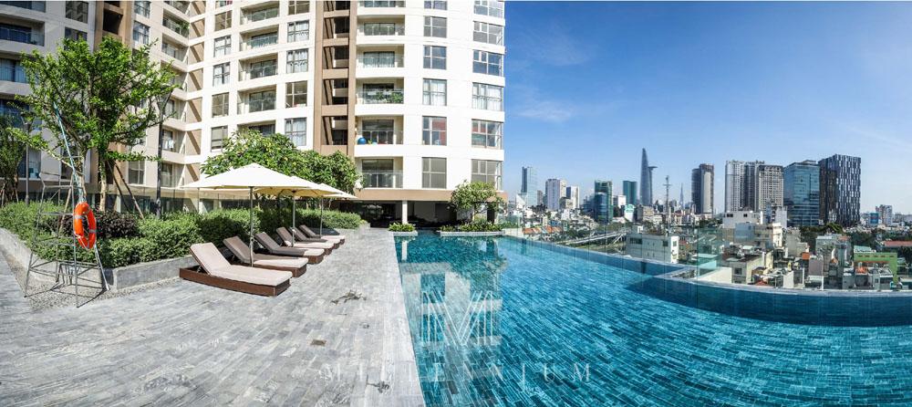 Hồ bơi tràn tại dự án căn hộ Millennium quận 4 có view nhìn toàn cảnh trung tâm thành phố.