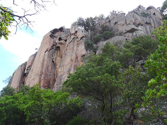 La falaise depuis le petit col rocheux à l'arrivée du sentier