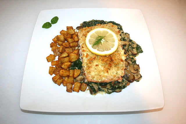 37- Panko crusted salmon with mushrooms & spinach - Served / Lachs in Panko-Panade mit Spinat-Pilzgemüse - Serviert