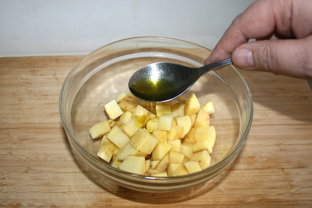 19 - Add oil to diced potatoes / Öl zu Kartoffelwürfeln geben