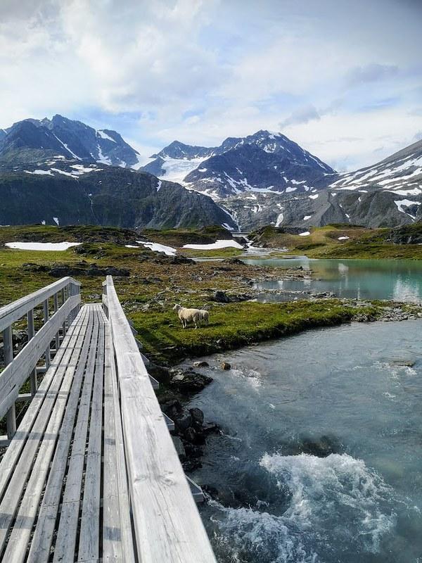 Rottenvikfossen turkoosi järvi