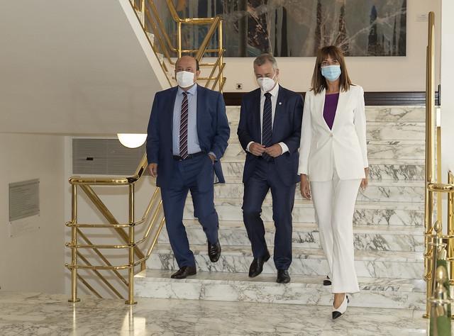 2020.09.01 Idoia Mendia firma el acuerdo para la gobernabilidad de Euskadi