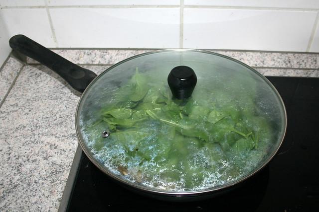 27 - Let spinach reduce while covered / Spinat geschlossen zusammen-fallen-lassen
