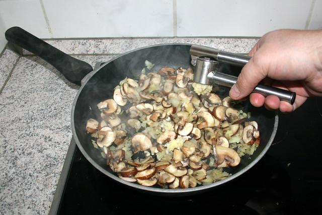 25 - Squeeze garlic / Knoblauch dazu pressen