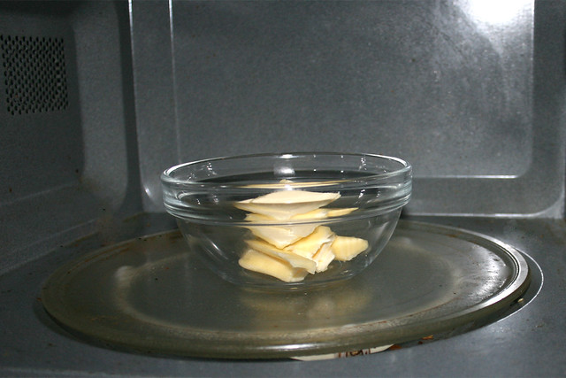 04 - Melt butter in microwave / Butter in Mikrowelle schmelzen