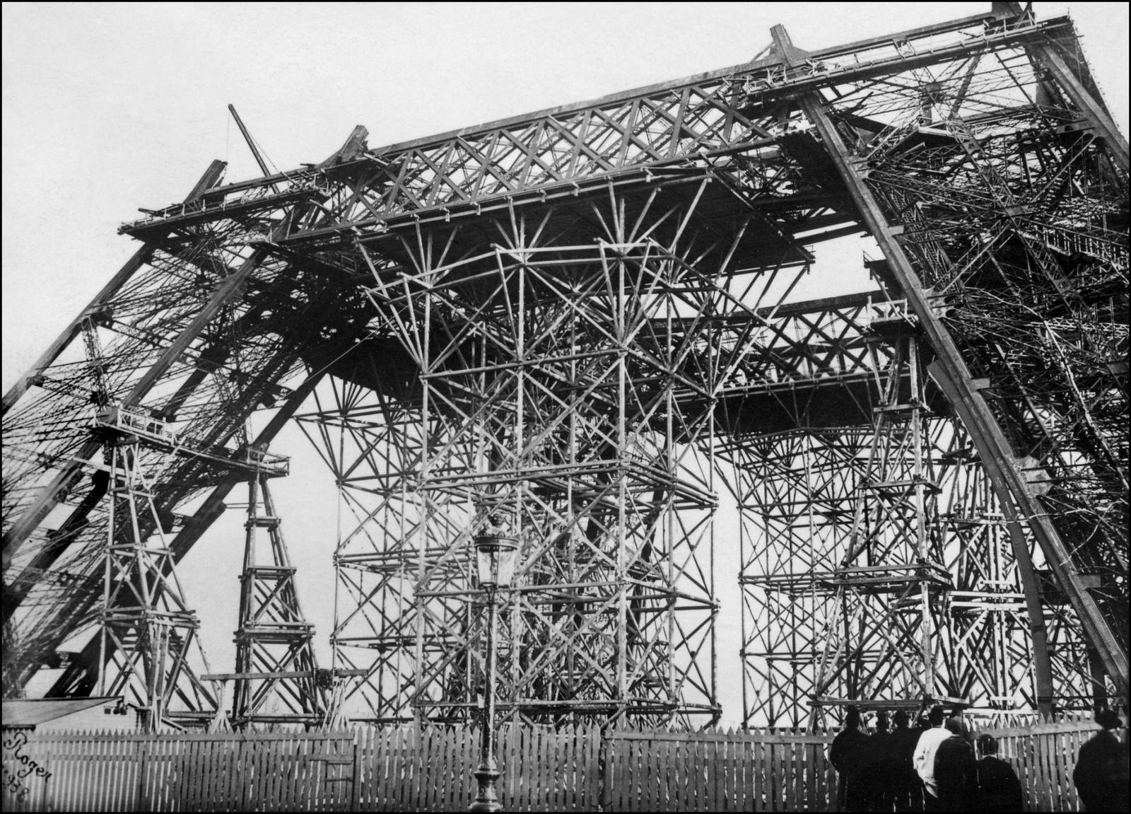 08. 1888. 15 июня. Зрители, собравшиеся за забором, наблюдают за строительством Эйфелевой башни