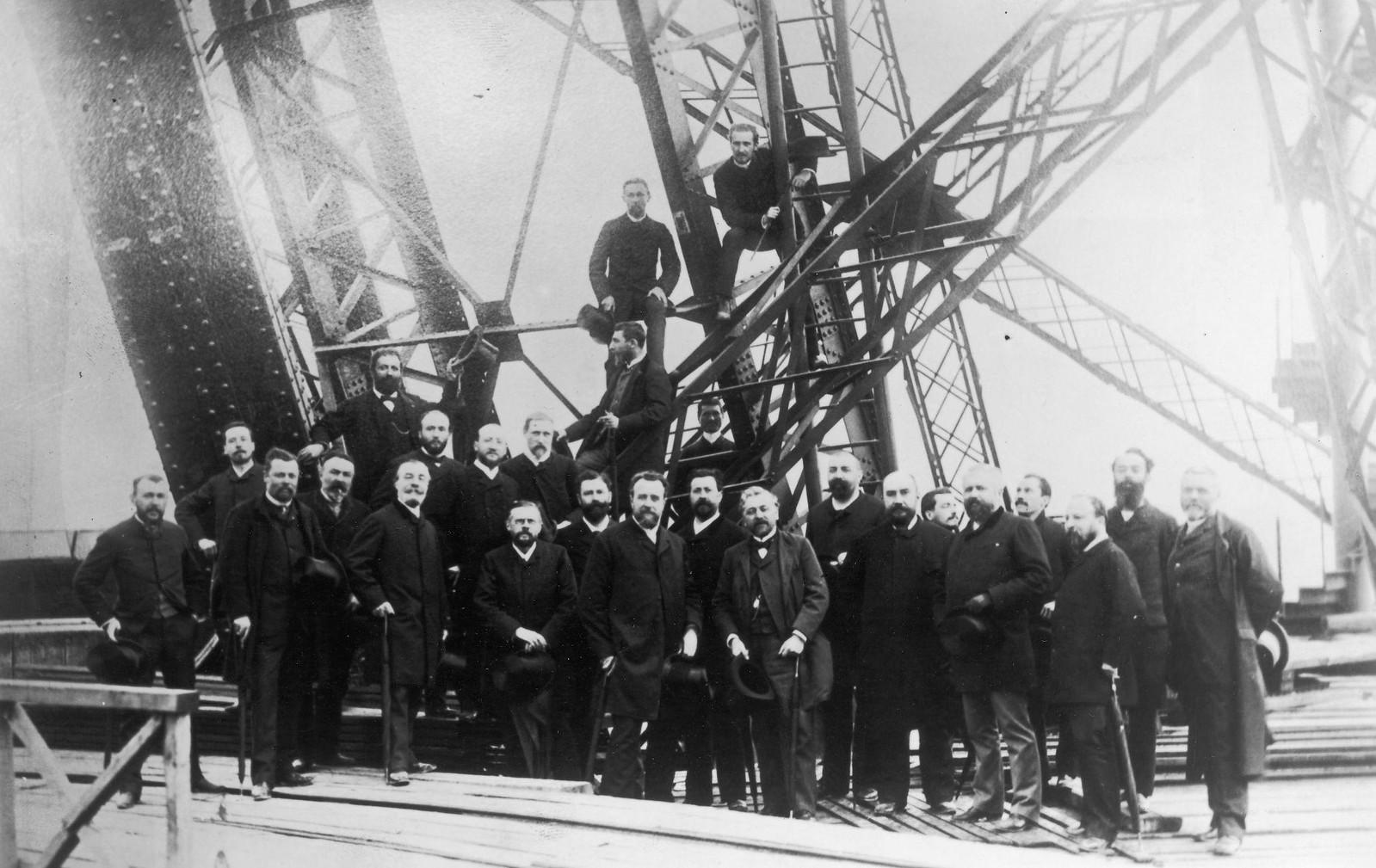 08. 1888. 6 июня. Члены Societe Centrale des Architects на первом этаже Эйфелевой башни во время ее строительства