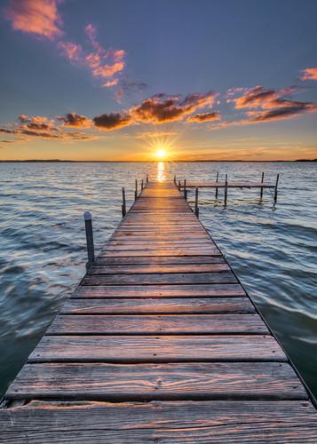 sunset pier burrowspark madison wisconsin vertical canoneos5dmarkiv canonef1635mmf4lis leefilters100mmreversegraduated12neutraldensity4stopfilter sky clouds sun