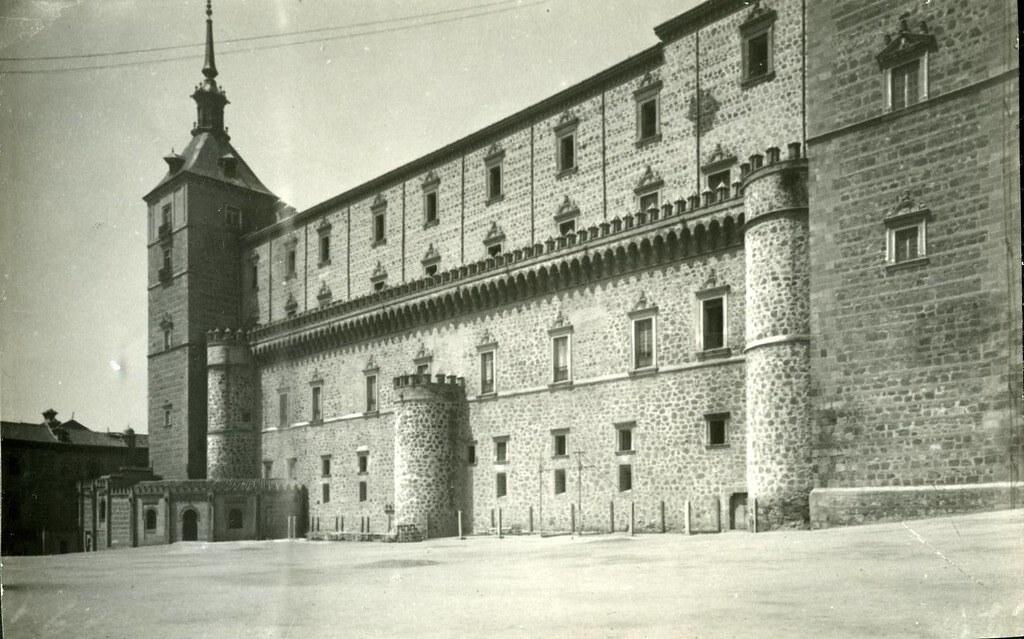 Alcázar y paso curvo hacia el convento de Capuchinos. Fototeca del Museo del ejército, signatura  [MUE-204792]