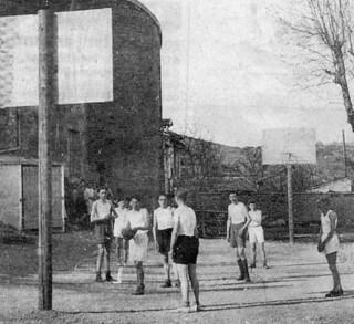 Une partie de basket dans la cour du collège d'Orgelet en décembre 1940