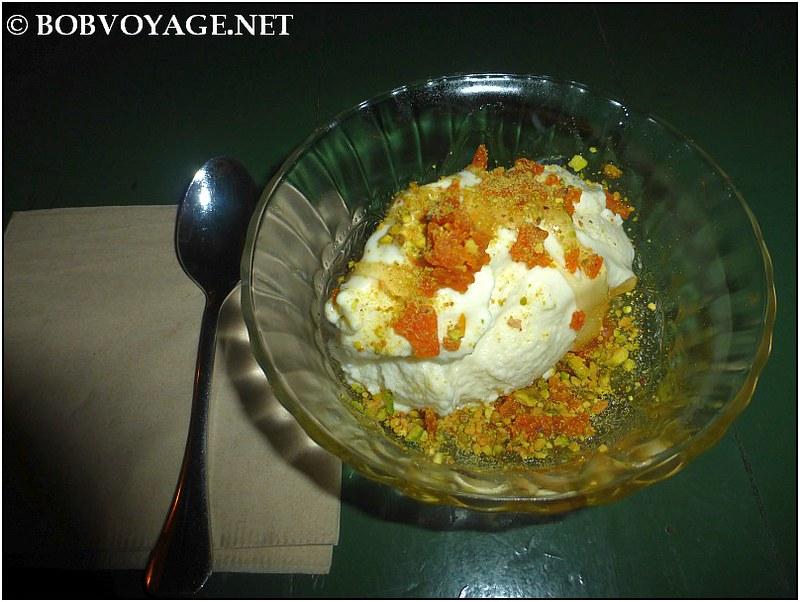 מחווה ליוון - גלידת יוגורט עם דבש פרחי בר, לדר ופיסטוקים ב- אוזריה (ouzeria)