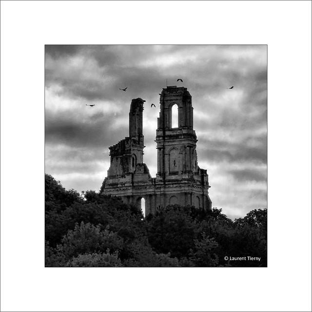 L'ancienne abbaye inquiétante, sous un ciel d'encre...