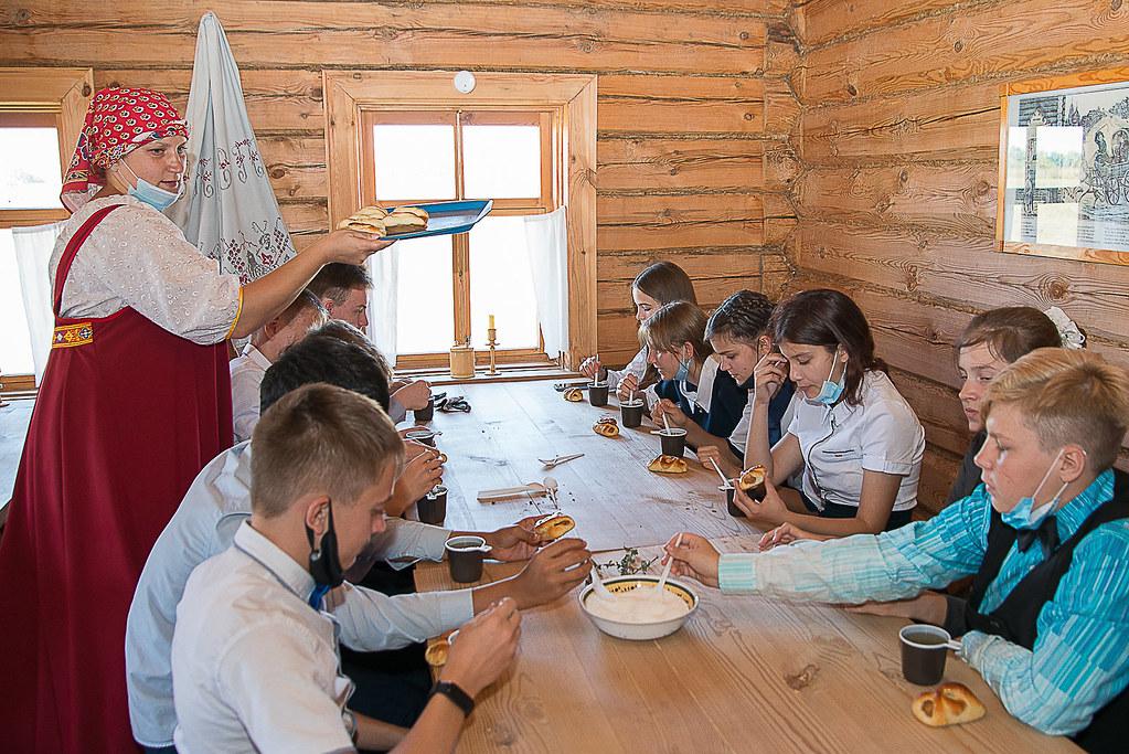 На интерактивном занятии «В гостях у травницы» в музее «Тарханы» школьники познакомились с лечебными душистыми травами. Фотограф Александр Семенов