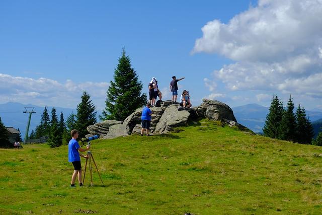 VCSE - Megnézzük hordozható, 102/500-as refraktorral kirándulásunk alkalmával, hogy tagtársunk feljutott-e a szemközti hegycsúcsra (igen, feljutott, onnét integetett!) - Fotó: Ágoston Zsolt