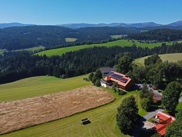 VCSE - A szálláshely, az észlelőrét és egy gabonatábla - Fotó: Ágoston Zsolt, drón