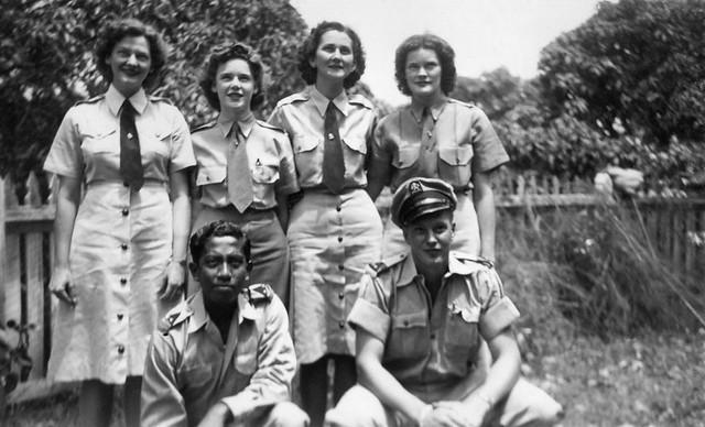 Portrait Julius Tahija, Lou Bierens de Haan and four members Women's Army Corps, Camp Columbia, Brisbane, 1945
