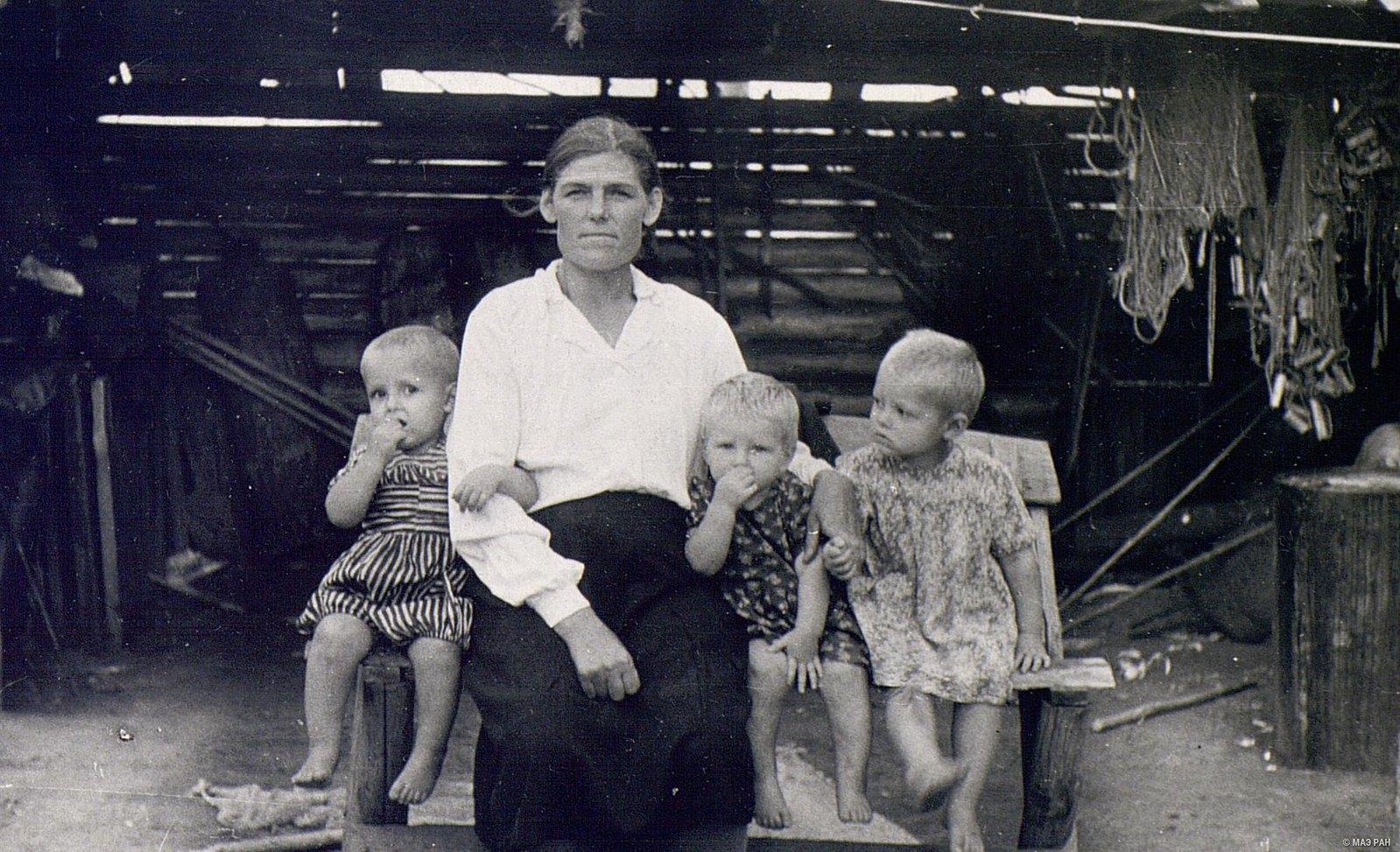 Мать-героиня Шаманская с детьми