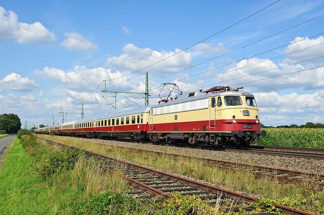 TRI E10 1309 (113 309, ex DB), vermietet an AKE, mit AKE-Rheingold-Sonderzug Ostseebad Binz - Koblenz Hbf (Diepholz, 02.09.2020).