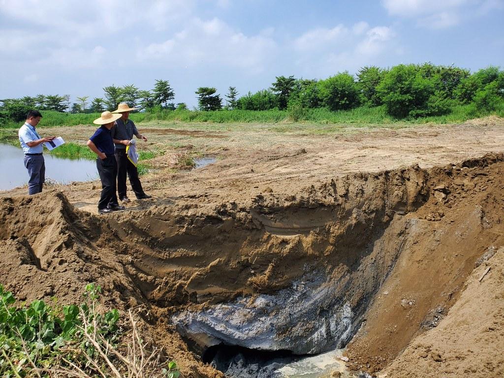 學甲農地填埋爐碴案,清理義務人4日開始清理。圖片提供:台南市環保局