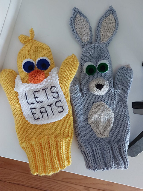 Sandi (sandima) was sent a picture of crocheted puppets. These are the two she came up with to knit!