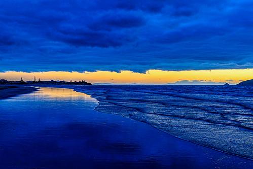 lowlyingclouds lowceiling bluehour nz duskwalk waikanaebeach sunset