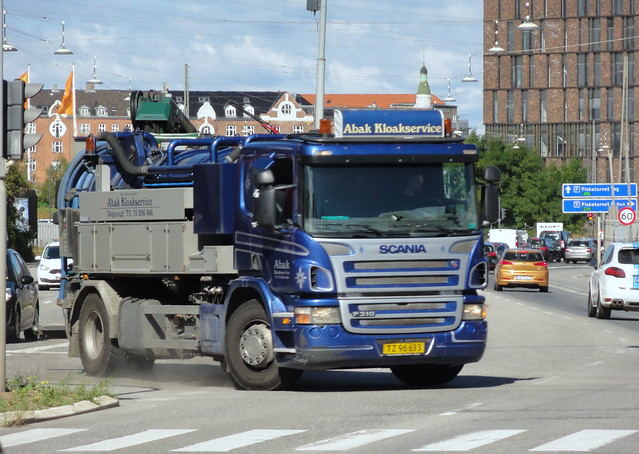 Dust flies as Scania P310 TZ96633 drain cleaner rushes a gap in traffic to turn left
