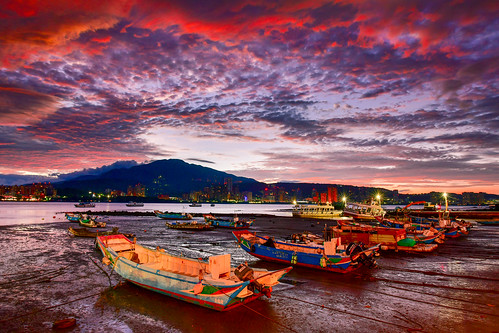 taiwan newtaipeicity balidistrict sunrise dawn outdoors sky cloud harbor pier boat danshuiriver baliwharf 台灣 新北市 八里區 八里渡船碼頭 晨曦 火燒雲 舢舨船 淡水河 天空