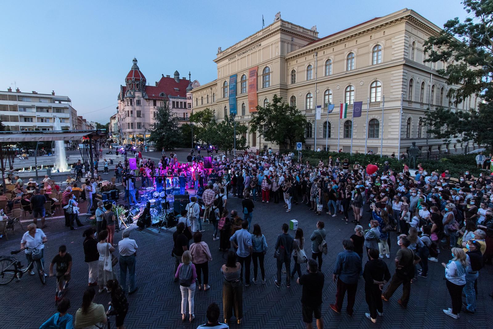 Tüntetés az SZFE-ért: százak tapsoltak a Dugonics téren