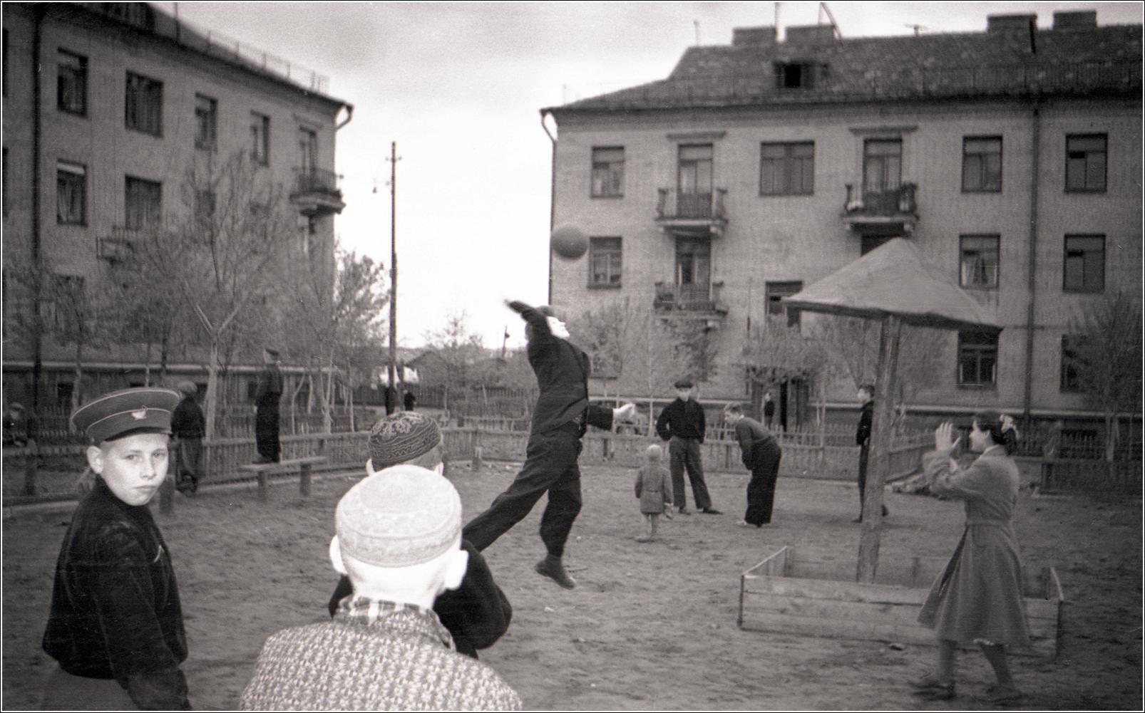 42. 1960. Двор дома на Хорошевском шоссе