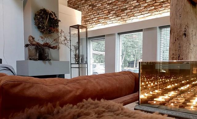 Oranje bank schoonmetser werk muur krans schouw