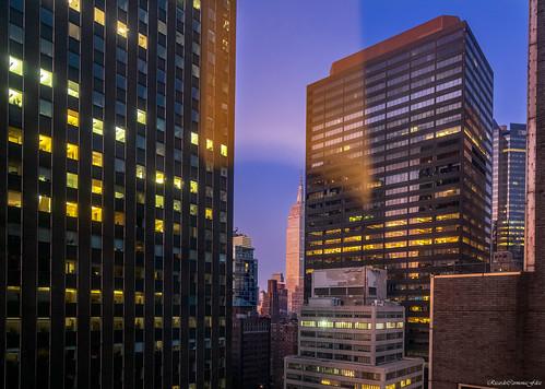 newyork midtownmanhattan cityscape buildings edificios rascacielos skyscrapers ventanas windows sunrise amanecer dawn nikon d850 color lights shadows ricardocarmonafdez flickr