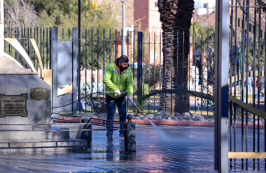 2020-09-05 Limpieza de estatuas de la Plaza 25