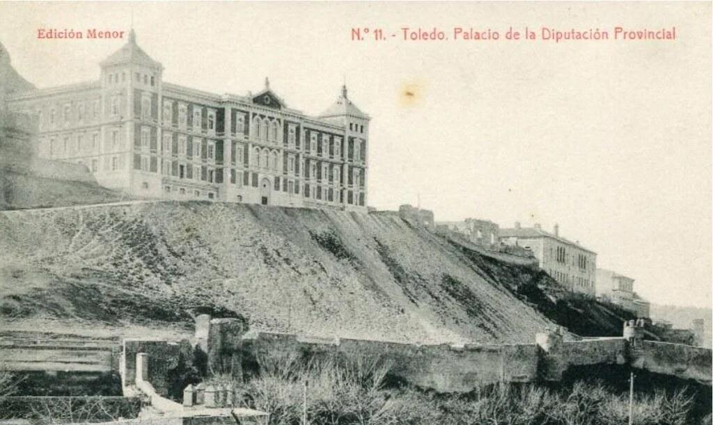 Palacio de la Diputación Provincial hacia 1900. A la derecha los restos del Palacio de los Vargas. Postal de la Edición Menor.