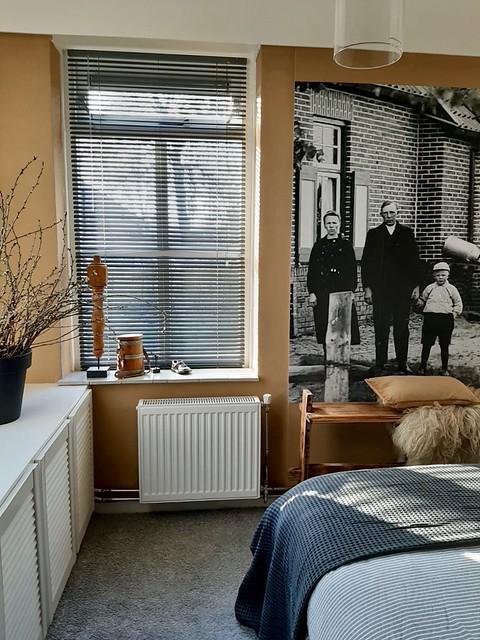 Fotobehang landelijke slaapkamer oranje muur