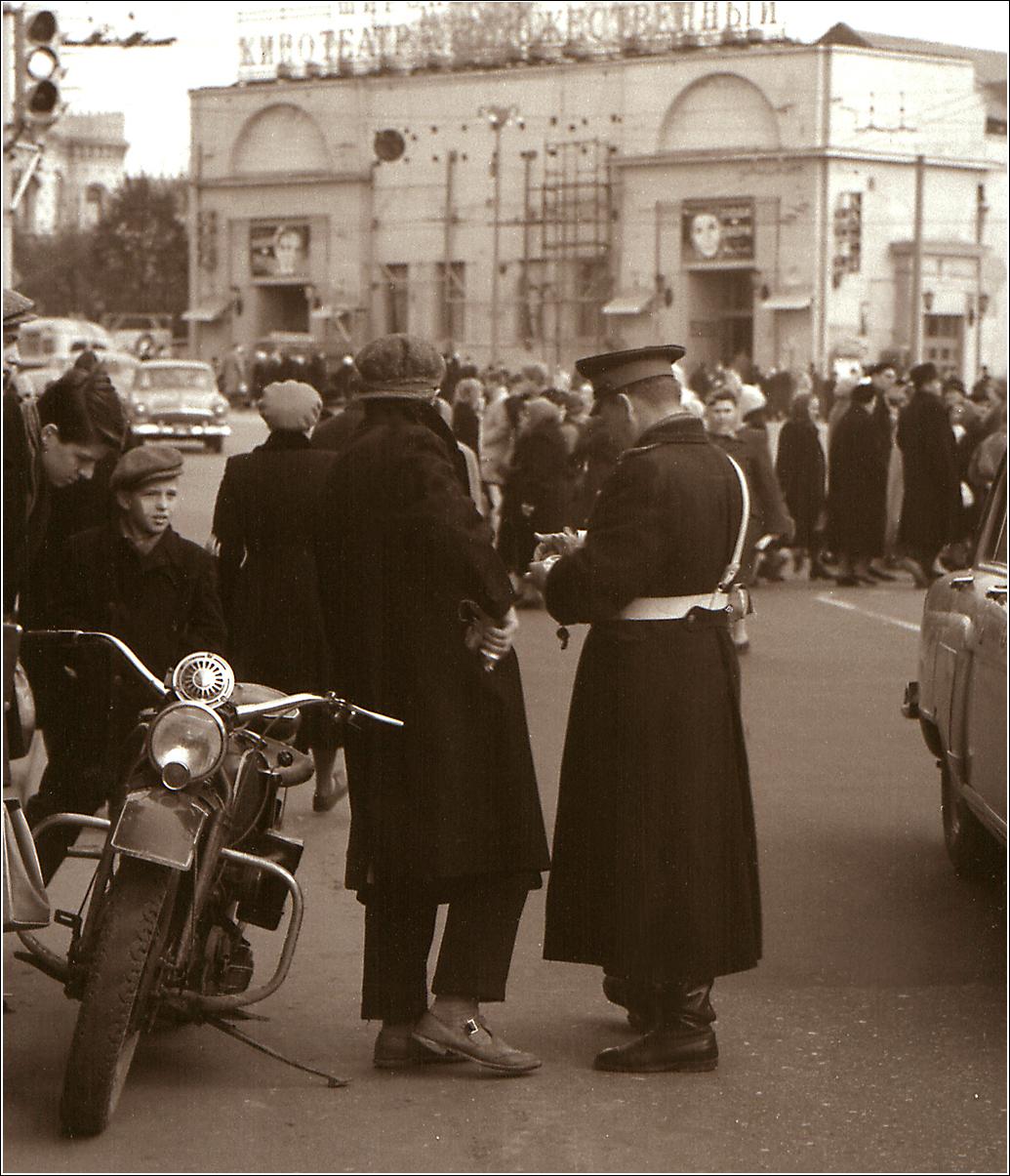 64. 1962. Арбат, у кинотеатра Художественный