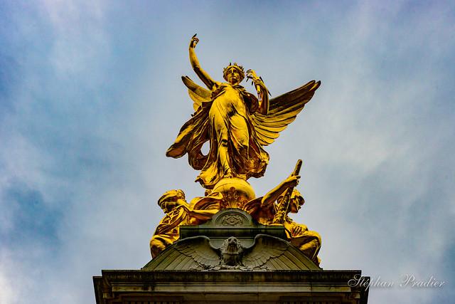 Statue Palais de la reine Londres.jpg
